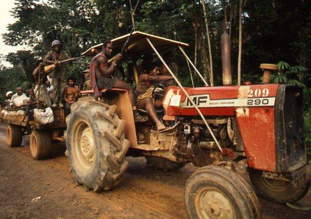 Massey-Fergusson. Sans moyens, c'est avec un vieux tracteur agricole que les rebelles transportent les troupes mais aussi les réfugiés qui doivent quitter leurs zones de vie. 1986