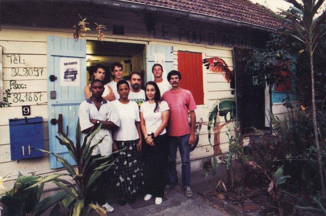 L'équipe du Pou D'agouti vers 1998 (de g. à d.) Christophe, Sylvain, Kris, Nicolas dit Frogman, Randolf, Josiane, Cécile et Régis.