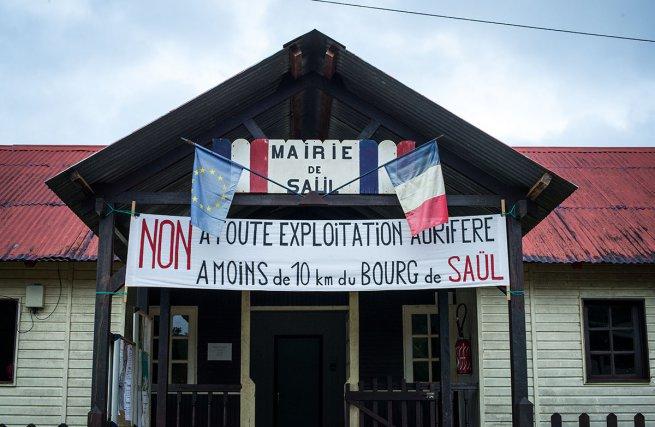 Mairie de Saül avec une banderole contre l'exploitation aurifère REXMA.