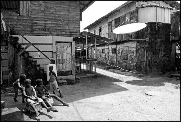 Le village saamaka zone appellée «bidonville» en octobre 2007, un quartier depuis détruit et réhabilité.