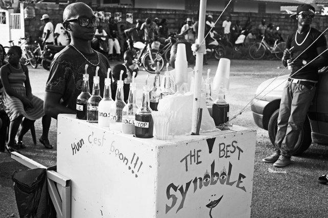 Vendeur de sinobol, au match de foot très populaire du dimanche. Juin 2013