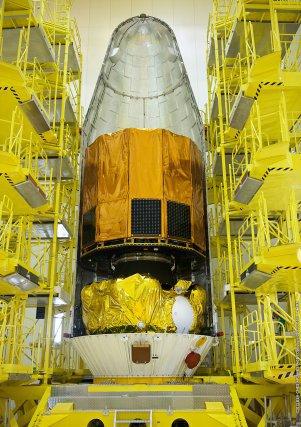 Pose de Gaïa sur l'étage fregat du lanceur Soyouz VS06