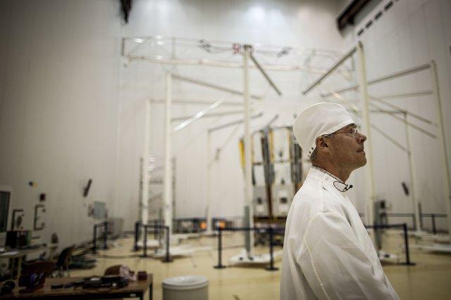 Timo Prusti, directeur scientifique du programme Gaïa à l'ESA observe les opérations de montage du télescope. Dans la salle blanche du bâtiment EPCU au CSG.Octobre 2013.
