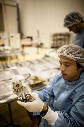 Une Équipe d'ingénieurs italiens travaille sur le bouclier thermique dans la salle blanche du bâtiment EPCU au CSG. Octobre 2013.