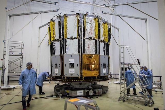 Le lanceur Soyouz ST-BVS06 stocké dans le MIK à Sinnamary. L'étage Frégate sera ensuite intégré à l'horizontale. Octobre 2013.