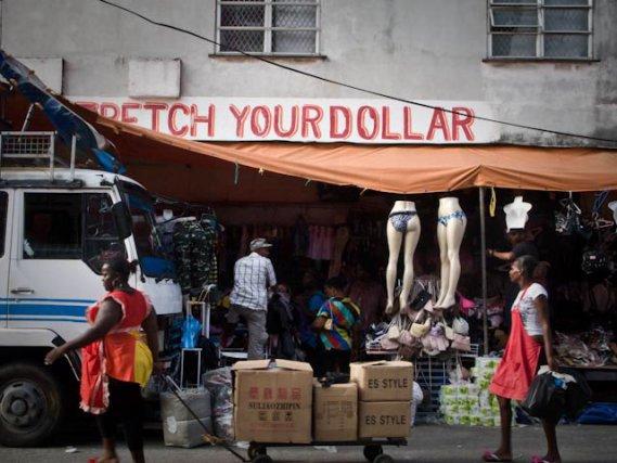 """Dans Georgetown et au Guyana en général, les références au Dollar, mais aussi aux Etats-Unis d'Amérique, s'affichent en toute décontraction. On pourrait traduire """" Stretch your Dollar """" par """"optimisez vos Dollars """""""