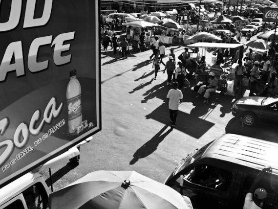 Près de Stabroeck Market, le carrefour est animé nuit et jour. Passants, échoppes, vendeurs ambulants se mêlent aux aller-et-venues des minibus qui sillonnent la ville et sa périphérie.