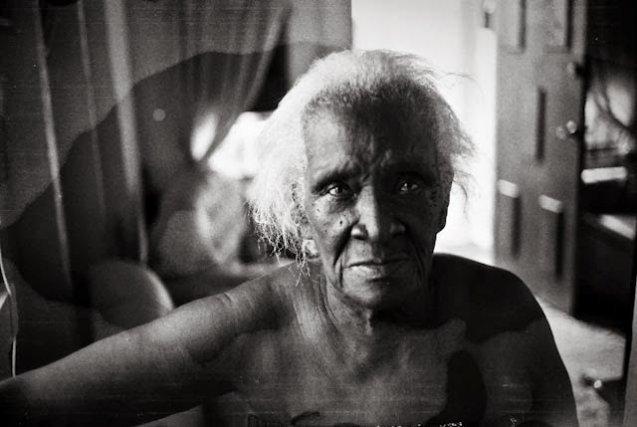 Sheena Allen est la maman de Donna. à 90 ans, elle se remémore l'époque coloniale avec émotion et regret. Elle cite pêle-mêle le prix des articles qu'elle achetait à l'époque : la Livre de beurre, de farine et le tissu avec lequel elle confectionnait de beaux habits.