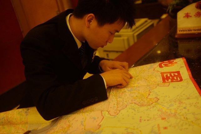 Small Ye, le réceptionniste du Jun Yi Hotel, à la recherche du musée hakka