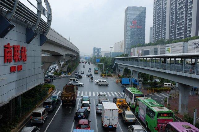 Station de métro de Henggang, l''un des nombreux districts tentaculaires de Shenzhen.