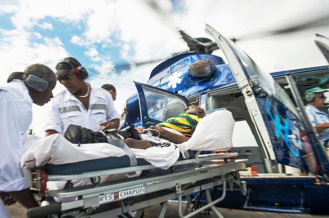 Zone de décollage de l'hôpital de Cayenne. L'équipe du Samu récupère un patient à la sortie de l'hélicoptère pour l'amener à la SAUV ( Salle d'accueil d'Urgence Vitale).