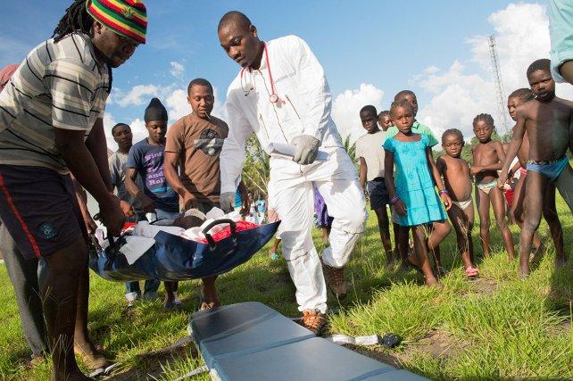 Zone de décollage de Papaïchton.  Le départ d'un patient vers le centre hospitalier de Cayenne apporte souvent le soulagement pour l'équipe médicale du centre de santé mais inquiète les membres de la famille qui voient partir loin d'eux leur parent. Il faut un peu plus d'une heure pour rejoindre Papaïchton à Cayenne en hélicoptère (contre 2 jours en pirogue).
