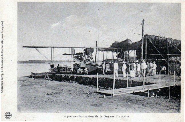 Le carbet provisoire de la ligne des Transports Aériens Guyanais pour protéger l'hydravion Georges Lévy-Lepen à Saint-Laurent-du Maroni.