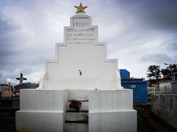 """◄ Cénotaphe du cimetière de Cayenne, probablement édifié au début des années 1950 : """"Souvenez-vous des Vietnamiens, Cambodgiens et Laotiens morts sur ce territoire""""."""