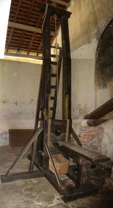 """La veuve """"Berger"""", (à gauche). La guillotine du bagne de St-Laurent-du-Maroni est toujours entreposée au camp de la Transportation."""