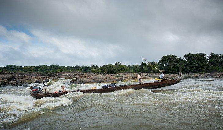 Pirogue du Parc amazonien de Guyane franchissant Gaan Chton, dans les abattis Cottika (Maroni).