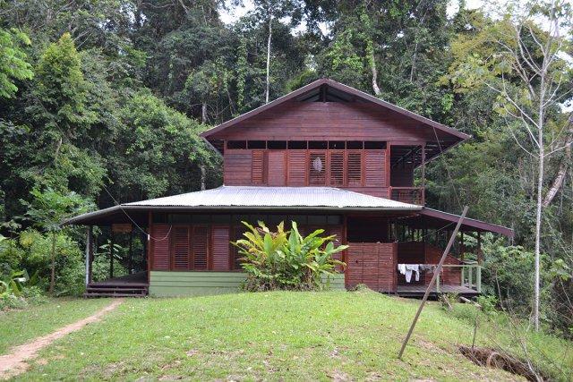 Différents organismes proposent des tours à Raleighvallen & au Voltzberg depuis Paramaribo. Les hébergements vont du hamac au lodge tout confort (ci-dessous le Gonini lodge).