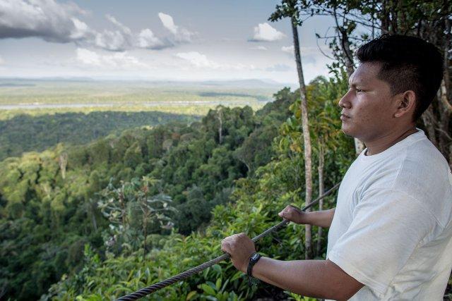 Alex, ici au sommet des montagnes tortues, est guide au centre d'Iwokrama.