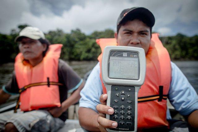 Analyse de l'eau de l'Essequibo par l'équipe d'Iwokrama.