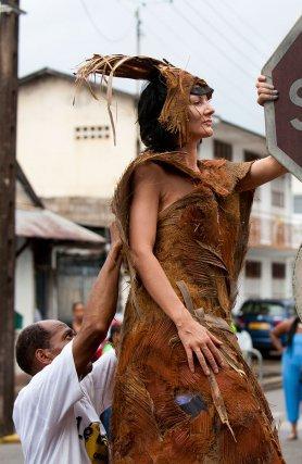 Robe de fibres de palmiers royaux par Patrick Lafrontière lors du Carnaval à Cayenne.