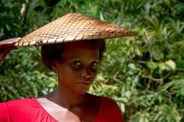 Le katoury-tet, chapeau guyanais traditionnel, protège de la pluie et du soleil. Il est fabriqué à partir de feuilles de way et d'arouman.