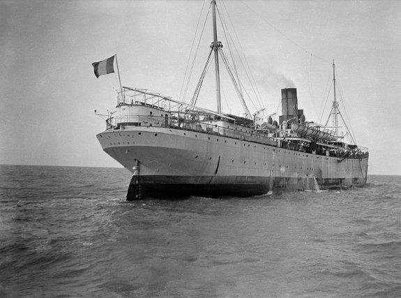 Navire La Loire, vers 1910. Ce navire, construit à Rouen spécialement pour le transport des condamnés, est mis en service en 1902. Il effectuait deux voyages par an vers la Guyane. Réquisitionnée pendant la Première Guerre mondiale, La Loire est torpillée en 1918 en Méditerranée.