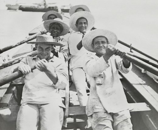 Équipe de canotiers aux îles du Salut. « On m'appela sur le pont, avec mon sac, et on me fit descendre dans un canot [...]. Il y avait comme rameurs cinq condamnés; parmi ceux-ci, deux que j'avais connus à Saint-Martin-de-Ré. Je ne les reconnus plus. Ce furent eux qui me souhaitèrent la bienvenue! » Eugène Degrave (condamné en 1893) racontant son arrivée à l'île Royale.(dans Le Bagne, 1901)