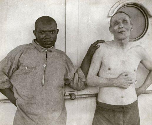 Assem et Viou. À gauche, l'infirmier forçat Assem, originaire de Tunisie. À droite, Jacques Viou, âgé de 55 ans. Ce dernier est condamné à dix ans de travaux forcés en 1888 pour escroquerie au casino de Vichy. Il s'évade six fois et réussit deux fois à parvenir à Paris.