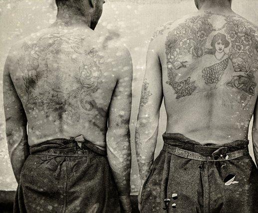 Tatouages. « Les fouilles que l'on opère à bord de La Loire sont des prétextes à exhibition de tatouages inédits. [...] La plupart des condamnés portent, en effet, des dessins tatoués sur les mains, les bras, la poitrine, le dos, l'abdomen le ventre et même la face. [...] La cause de telles pratiques est sans doute dans la curiosité, le désœuvrement, l'amour de l'art et surtout l'idée de se distinguer, de se singulariser. Il y a bien aussi le tatouage dit érotique, au moyen duquel le tatoué poursuivrait un autre but, bien défini... ».  Léon Collin, vers 1906-1910.