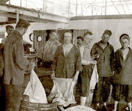 Lessive des forçats, à bord de La Loire  « Hebdomadairement, pendant le cours de la traversée, une lessive s'organise sur le pont, entre condamnés, avec les bailles d'eau douce fournies par l'équipage. C'est à qui rivalisera d'émulation ». Léon Collin, vers 1906-1910.