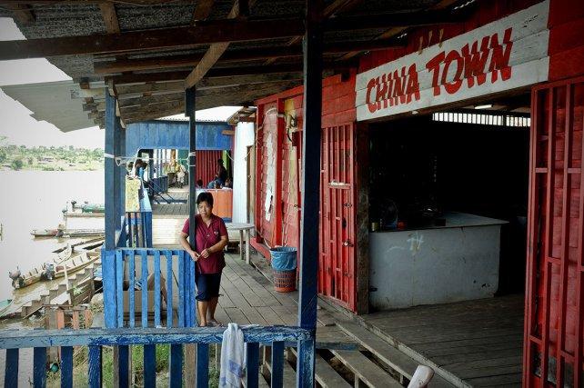Bars, restaurants, bordels... les orpailleurs clandestins ne manquent de rien. Difficile de recenser le nombre d'habitants qui vivent ici. La plupart des gens ne sont que de passage.