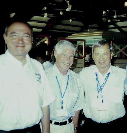 R-M Bonnet au centre avec M.Churyumov, découvreur de la comète, à droite, lors du lancement à Kourou en mars 2004.