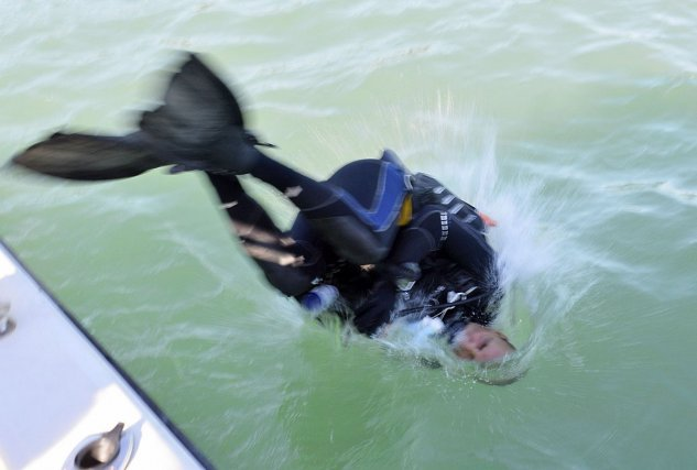 Mise à l'eau des plongeurs aux îles du Salut. Août 2014