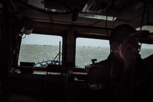 Les bateaux venus du Brésil pêchent souvent en groupe afin d'intimider les navires de la marine française ou de la gendarmerie et de rendre plus délicates leurs interventions. Lors de ces opérations d'abordage, le commandant de La Gracieuse isole les autres tapouilles afin d'éviter qu'elles ne viennent porter secours au bateau arraisonné
