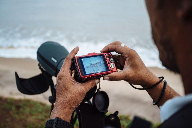 Un garde assermenté de la réserve de l'Amana prend des photos note les numéros d'immatriculation de trois tapouilles surinamaises en situation de pêche illégale. Procès-verbaux et identifications seront ensuite transmis aux autorités surinamaises.