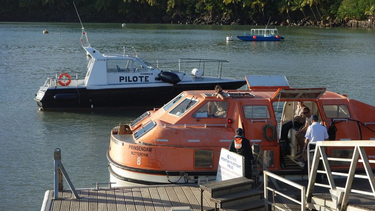 Au débarcadère de l'île Royale, les canots de sauvetage (tenders), d'une capacité de 60 pers. permettent au 700 passagers de découvrir Devil's Island. En arrière-plan, la Pointe Béhague, l'une des trois pilotines de la station de DDC.