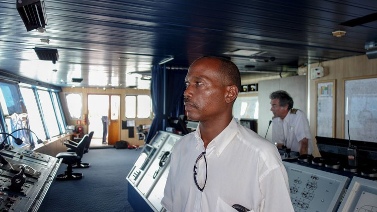 Jacques Toto, pilote maritime à bord du paquebot Prinsendam aux îles du Salut. Ancien capitaine-pilote ayant servi aux Antilles, il a rejoint la station cayennaise en 2006. Décembre 2014.