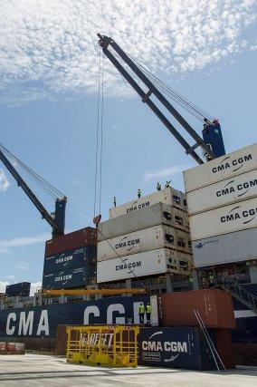 Chargement des conteneurs par les dockers de Guyane. Décembre 2014