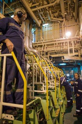 L'équipe d'ingénieurs roumains surveille en permanence le moteur du Platon.