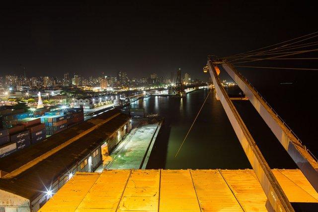 Vue nocturne des docks et du terminal hydroviario de Belém depuis l'arrière du bateau.