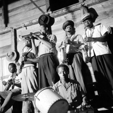 Dans un bal de Cayenne, fréquenté presque exclusivement par des Noirs de Guyane anglaise – il est amusant de constater que ces Noirs d'éducation plus ou moins anglaise se comportent très différemment des Noirs guyanais français. D'ailleurs la musique qu'ils jouent est d'ailleurs beaucoup plus inspirée de la musique des jazz américains; alors que les Noirs français jouent des airs sud-américains et antillais.