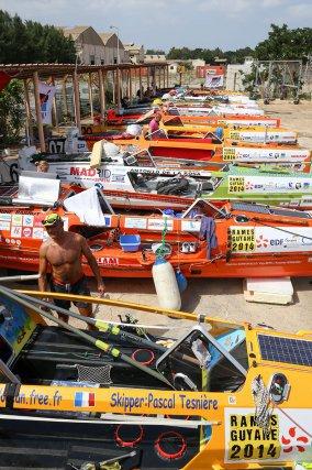 A Dakar, c'est dans l'enceinte d'une base militaire que le dépotage et le stockage des bateaux ont eu lieu. Les rameurs ont eu 10 jours pour achever la préparation de leurs bateaux, peaufiner les réglages et effectuer toutes les vérifications de sécurité.