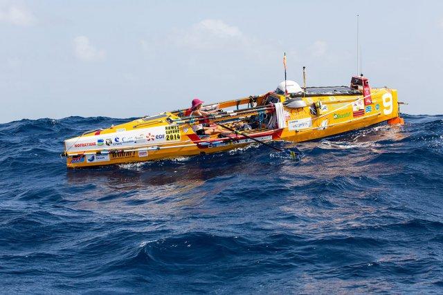 Salomé Castillo, de Kourou, s'apprête à franchir la ligne d'arrivée après 65 jours 8 heures et 30 minutes de mer. À 30 ans, la benjamine de la course termine à la cinquième place du classement. Les skippers Jean-Pierre Lasalarié et Richard Perret sont arrivés à peine deux heures avant elle aux îles du Salut.