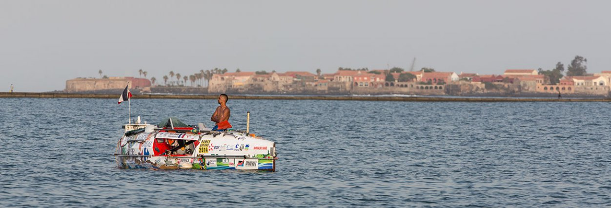 De retour au mouillage à Dakar, après quelques jours passés en mer, le skipper Harry Culas attend patiemment devant l'île de Gorée les vents et courants favorables qui lui permettront de prendre le large.