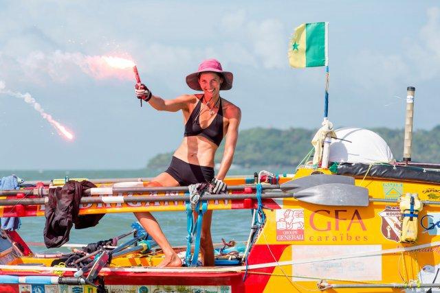Lundi 22 décembre 2014. Course Rames Guyane 2014. Le skipper Salomé Castillo passe la ligne d'arrivée. Salomé Castillo, la benjamine de la course, prend la 5ème place Il lui aura fallu 65 jours 8 heures et 30 minutes pour traverser l'atlantique entre Dakar au Sénégal et les îles du salut en guyane.