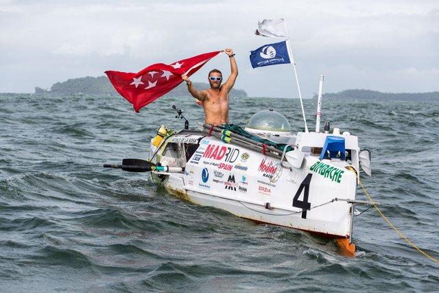 Antonio de la Rosa, le grand vainqueur de cette quatrième édition, coupe la ligne d'arrivée devant les Îles du Salut. Son temps: 64 jours 4 heures et 30 minutes.