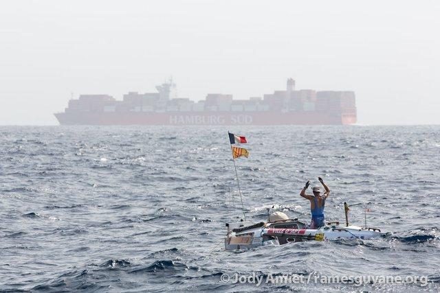 """Au large de Dakar et du Cap-Vert, les rameurs ont souvent dû traverser les """"rails"""" de navigation commerciale. Chaque jour des dizaines de porte-conteneurs et autres navires, énormes, ont frôlé les frêles embarcations peu visibles au ras de l'eau."""
