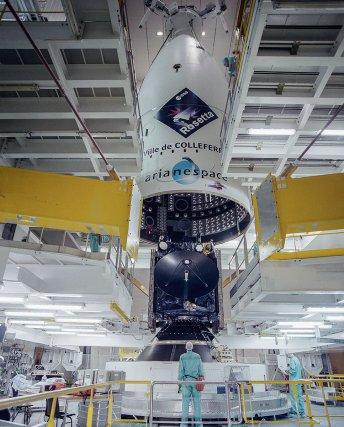 Le 18 février 2004, la sonde Rosetta a intégré la coiffe de la première Ariane V G+ au sein du bâtiment d'assemblage (BAF) du spatioport de Kourou.