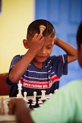 En dispensant les règles de base à ses élèves, Daniel a réussi le pari fou de faire d'eux les rois et reines des échecs.