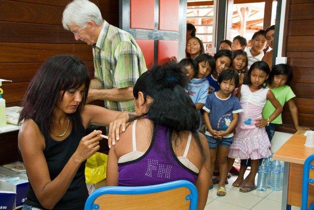 5 janvier 2010, village amerindien de Camopi, Guyane Francaise (dom). Une equipe mobile de vaccination contre la grippe AH1N1 se deplace dans le village de Camopi. Composee d'un medecins, d'infirmiers et d'un personel de la securite civile, elle procede a la vaccination de l'ensemble de la population volontaire dans les locaux du college de Camopi.